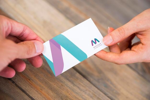 Hoge hoek van bedrijfsmensen die visitekaartjes uitwisselen