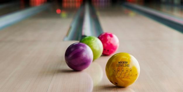 Hoge hoek van bowlingballen op baan