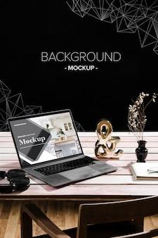 Hoge hoek van bureau met laptop en decoraties Gratis Psd