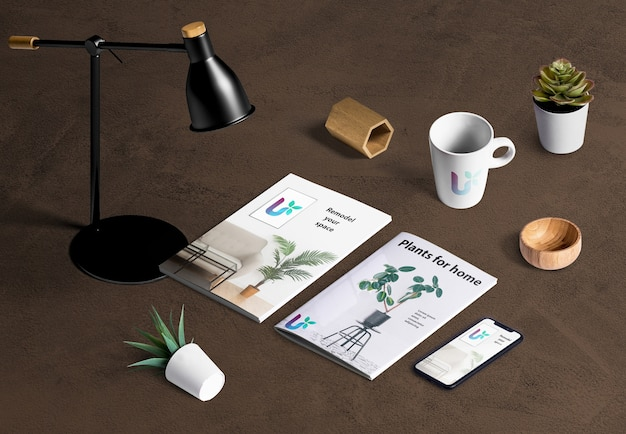 Hoge hoek van bureauscène-maker met plantelementen