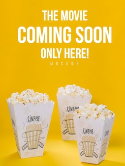Hoge hoek van cups met popcorn voor bioscoop
