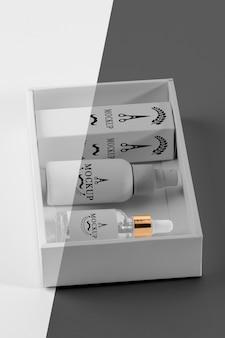 Hoge hoek van de doos van herenkapperproducten met serum