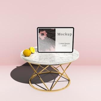 Hoge hoek van de tablet op tafel met citroenen