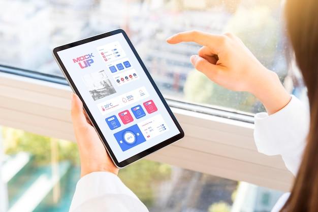 Hoge hoek van de tablet van de ondernemerholding