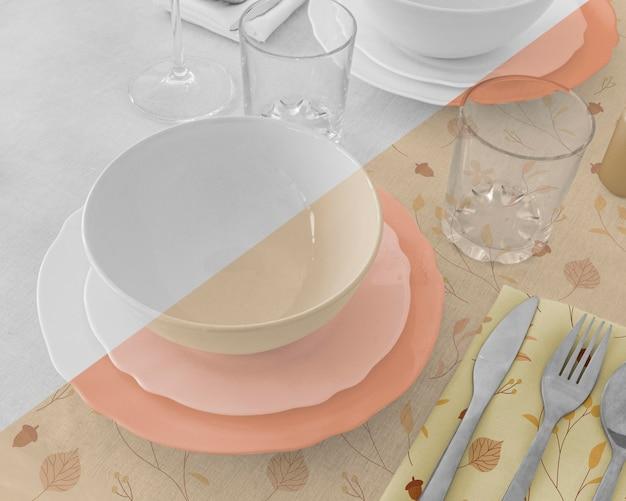 Hoge hoek van de tafelregeling van het thanksgiving-diner met serviesgoed