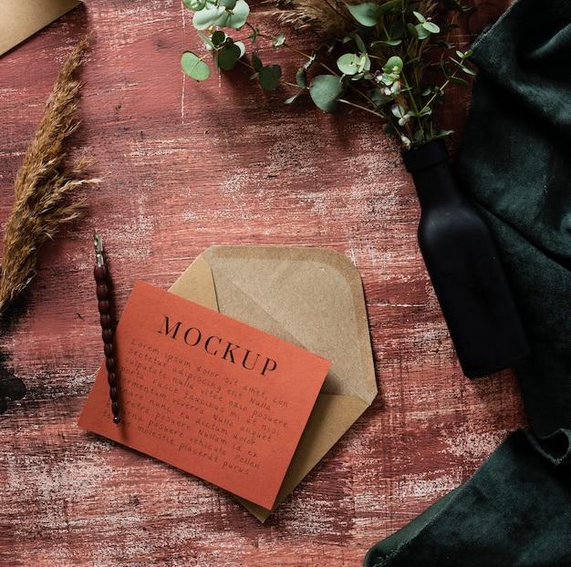 Hoge hoek van envelop met kaart en pen op tafel