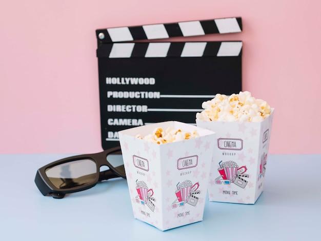 Hoge hoek van filmklapper met bioscoop popcorn