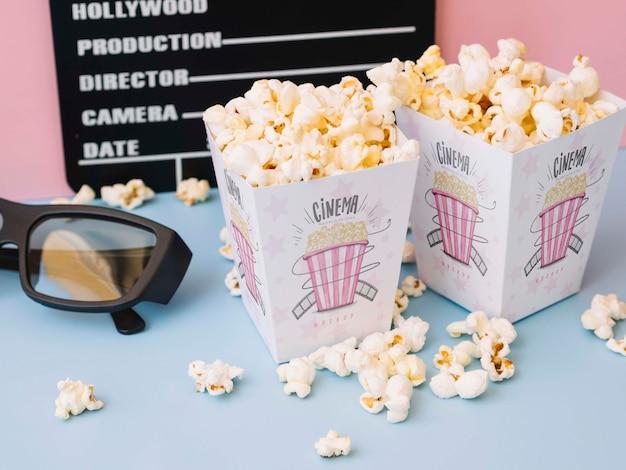 Hoge hoek van filmklapper met bioscoopglazen en popcorn