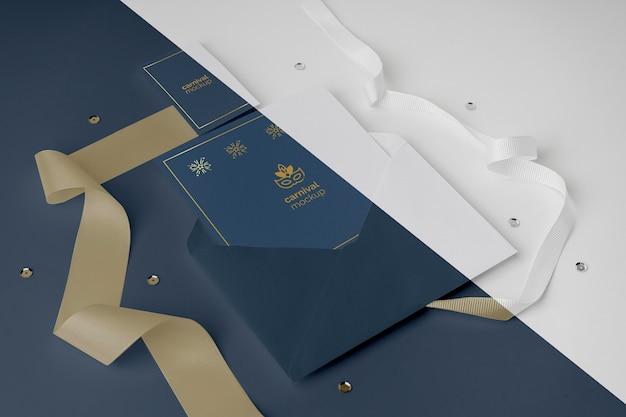 Hoge hoek van minimalistische carnaval uitnodiging in envelop Premium Psd