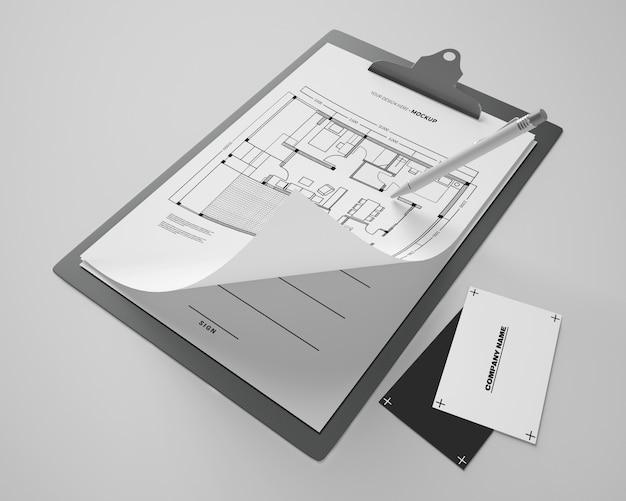 Hoge hoek van notitieblokmodel met kaarten en pen