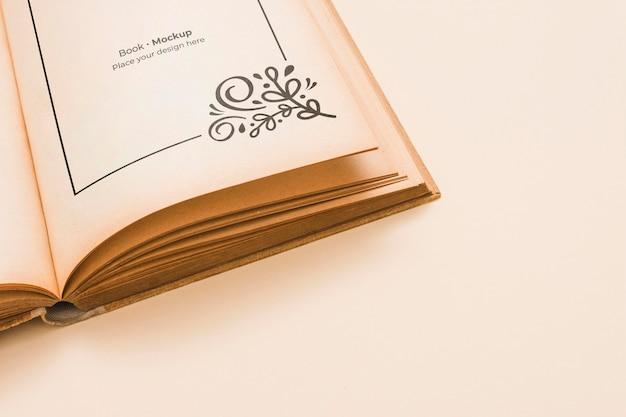 Hoge hoek van open boek