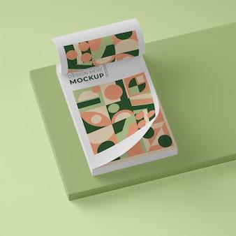 Hoge hoek van papier met geometrisch ontwerp