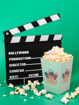 Hoge hoek van popcorn met filmklapper