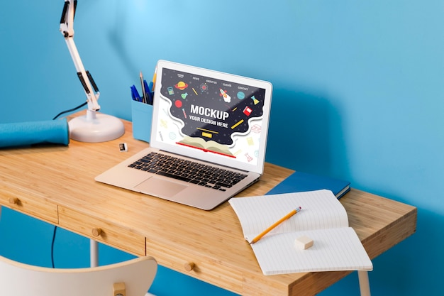Hoge hoek van schoolbank met laptop