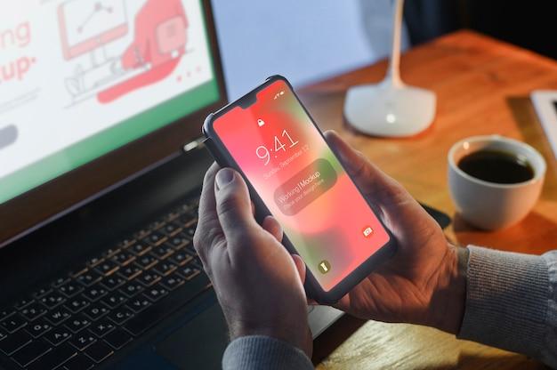 Hoge hoek van smartphone van de mensenholding terwijl bij bureau