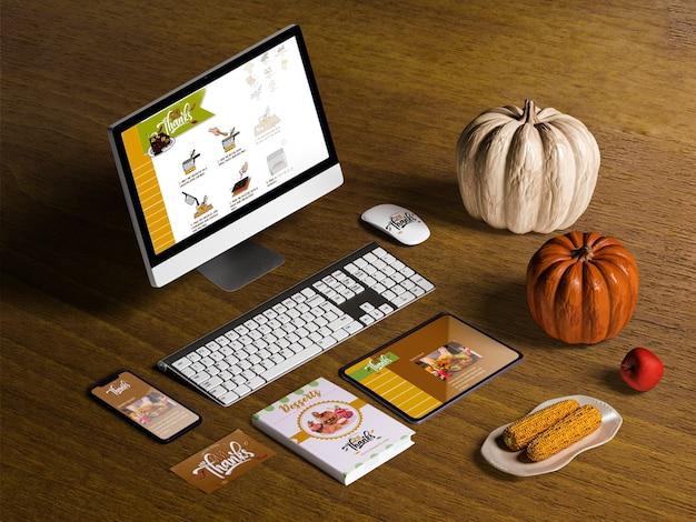 Hoge hoek van thanksgiving concept op houten tafel
