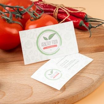 Hoge hoek van tomaten en chili pepers op houten oppervlak