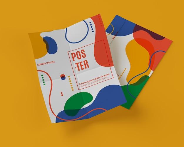 Hoge hoek van veelkleurige vormen op papier