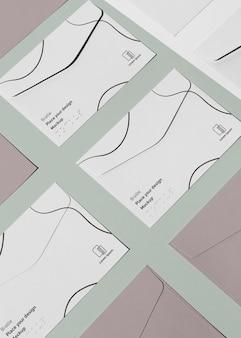 Hoge hoek van visitekaartjes met braille in reliëf