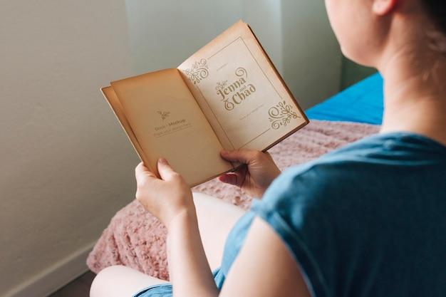 Hoge hoek van vrouw die een boek leest