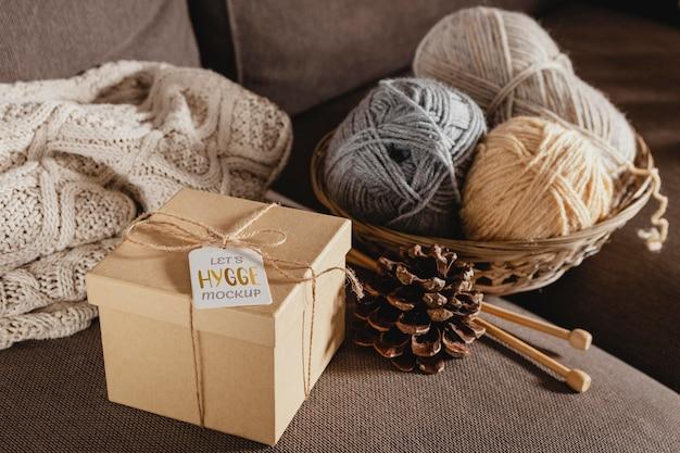 Hoge hoekopstelling met cadeau en draad