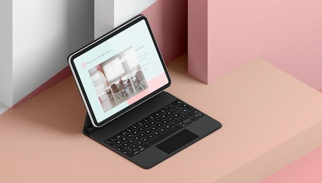 Hoge hoekopstelling met tablet en toetsenbord bevestigd