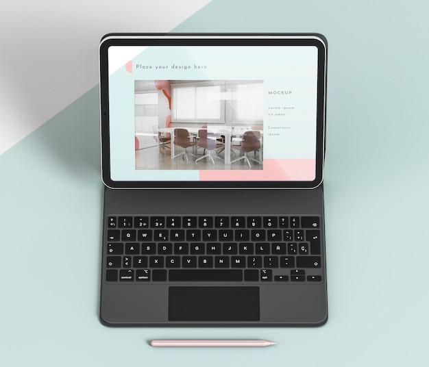 Hoge hoekpresentatie van tablet en toetsenbord bevestigd