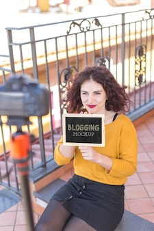 Hoge mening vrouw met blogger mock-up Gratis Psd