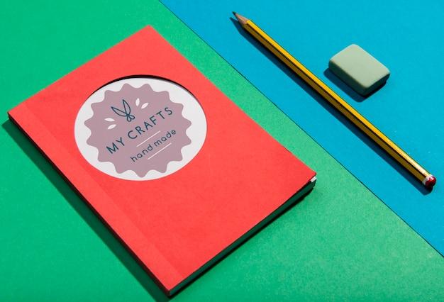 Hoge weergave agenda en potlood knolling desk concept