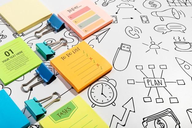 Hoge weergave plaknotities blokken en doodles knolling desk concept