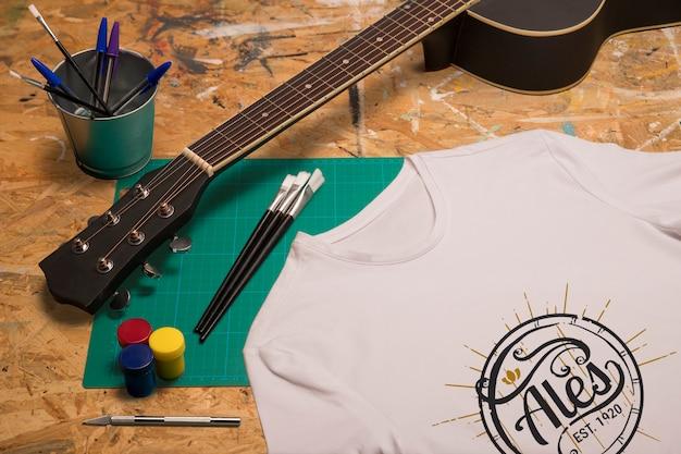 Hoge weergave wit t-shirt en gitaar