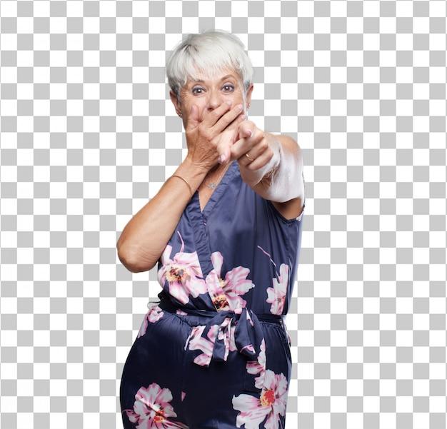 Hogere koele vrouw die hard bij hilarisch iets en het richten lacht