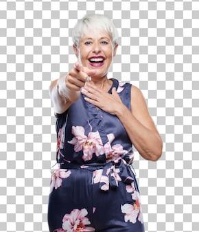 Hogere koele vrouw die hard bij hilarisch iets lachen en naar u richt