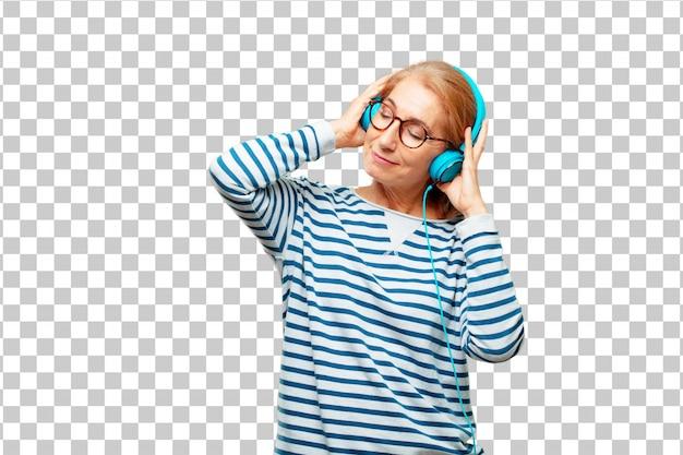 Hogere mooie vrouw het luisteren muziek met hoofdtelefoons