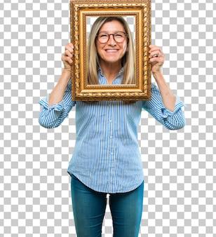 Hogere mooie vrouw met een frame