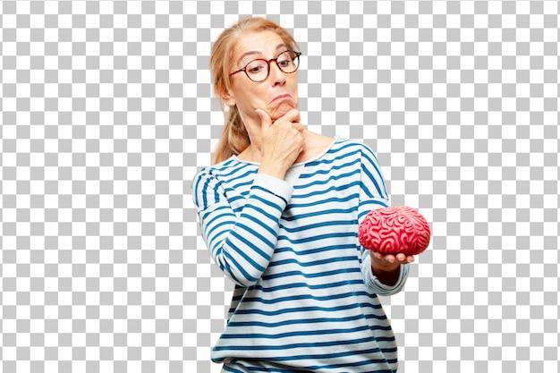 Hogere mooie vrouw met een hersenmodel