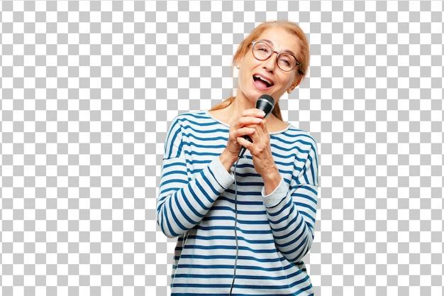 Hogere mooie vrouw met een microfoon