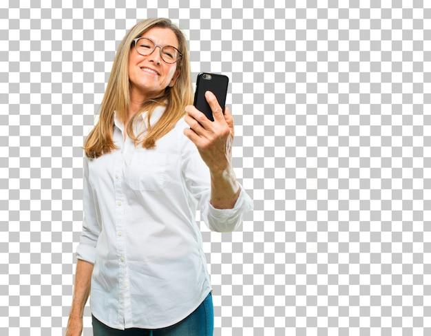 Hogere mooie vrouw met een slimme telefoon van het aanrakingsscherm