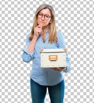 Hogere mooie vrouw met een uitstekende doos