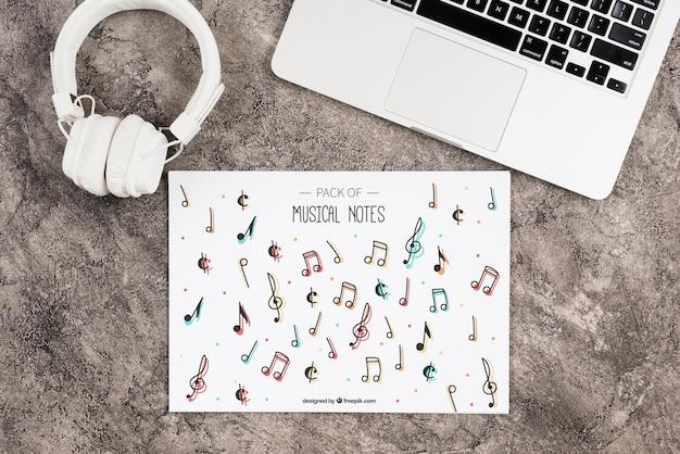 Hoja con maqueta de diseño de notas musicales