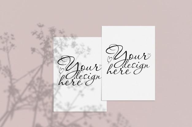 Hoja de papel vertical blanco en blanco sobre beige con superposición de sombras. maqueta de tarjeta de felicitación moderna y elegante