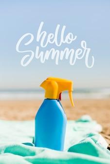 Hola botella de verano en la maqueta de playa.