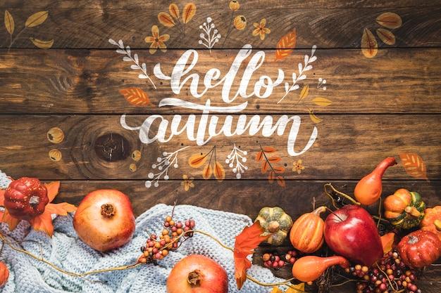 Hola caligrafía de otoño con comida de otoño