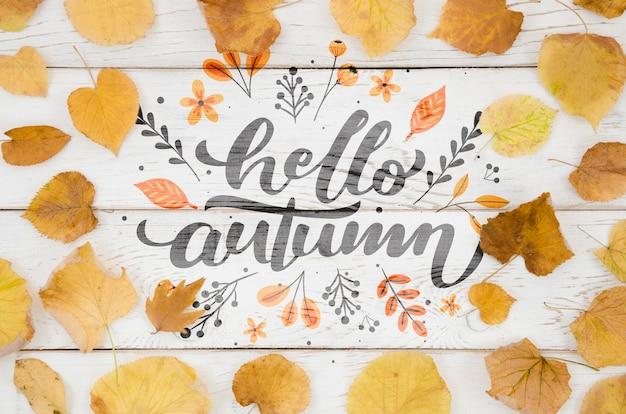 Hola cita de otoño rodeada de hojas amarillas