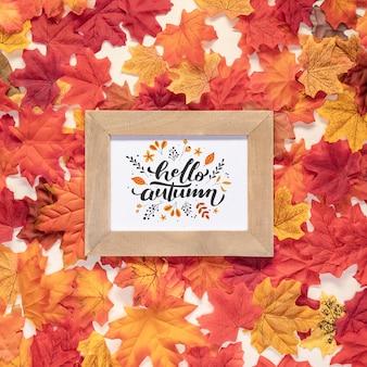 Hola cita de otoño rodeada de hojas secas de colores