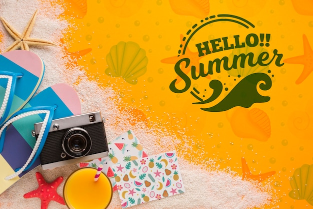 Hola concepto de verano con chanclas y cámara