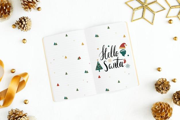 Hola saludo de santa navidad en una maqueta de cuaderno.