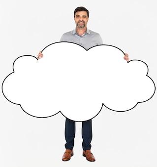 Hombre alegre mostrando una nube blanca en blanco
