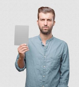 Hombre atractivo joven enseñando tarjeta