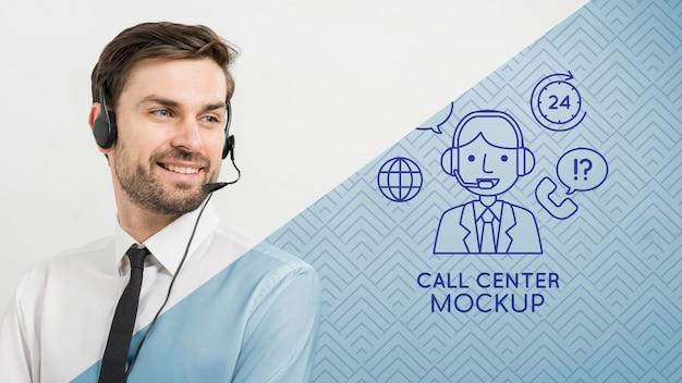 Hombre con auriculares asistente de centro de llamadas